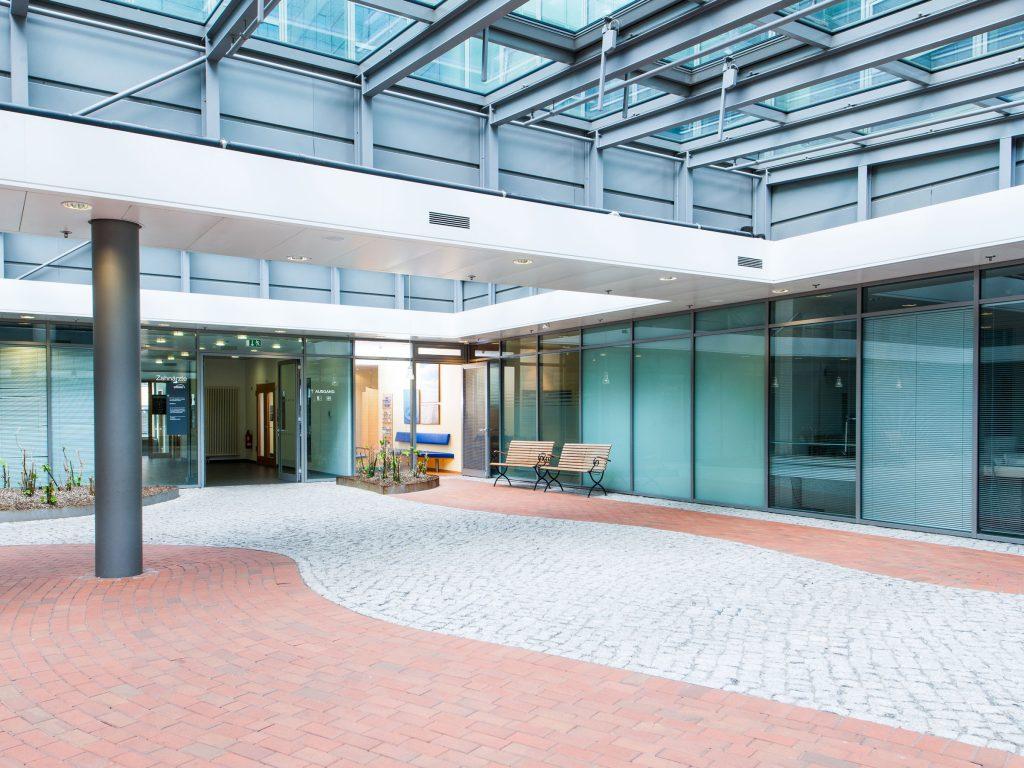 Atrium, im Hintergrund das Wartezimmer Zahnarztpraxis Dr. Freund & Kollegen Berlin