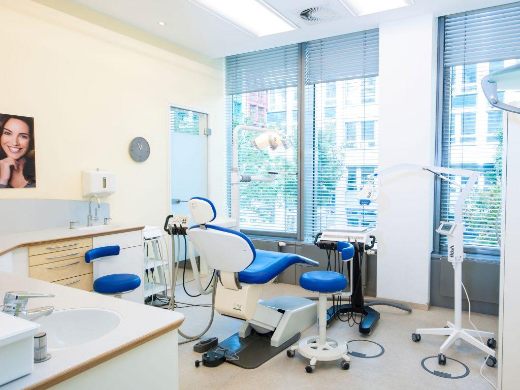 Behandlungsraum 4: Prophylaxebehandlungen Zahnarztpraxis Dr. Freund & Kollegen Berlin