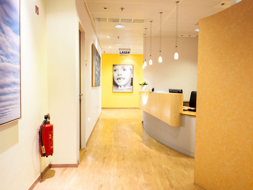 Eingangsbereich mit Flur und Empfang Zahnarztpraxis Dr. Freund & Kollegen Berlin