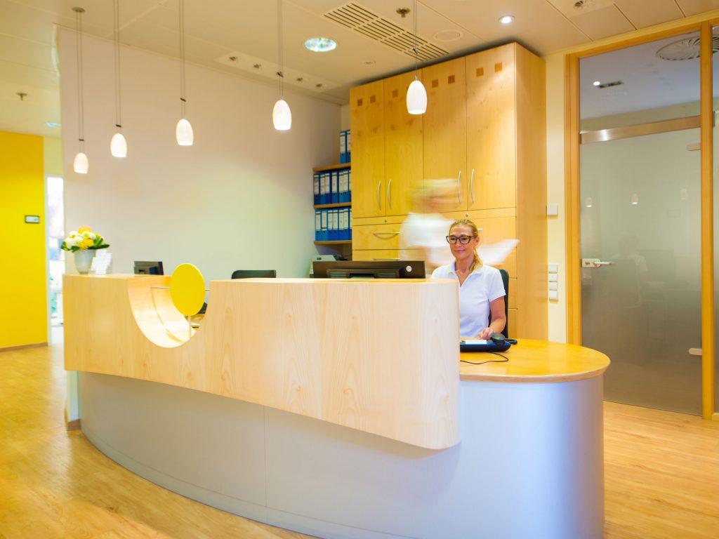 Empfangsbereich und Anmeldung Zahnarztpraxis Dr. Freund & Kollegen Berlin