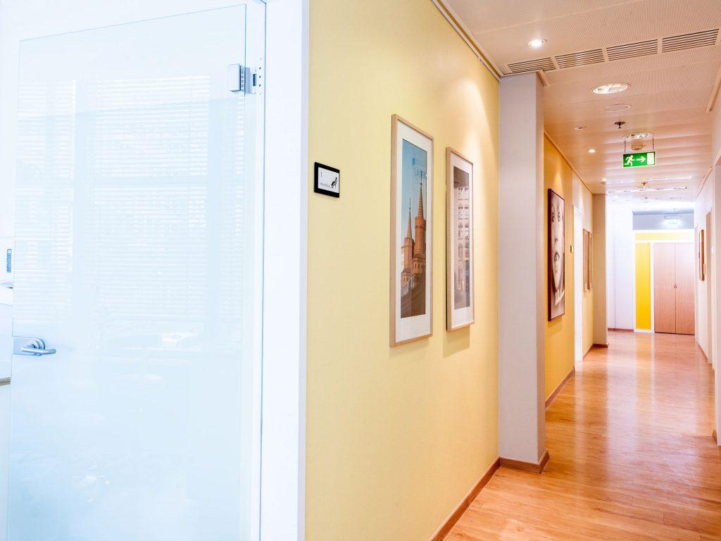 Flur zu den Behandlungsräumen Zahnarztpraxis Dr. Freund & Kollegen Berlin