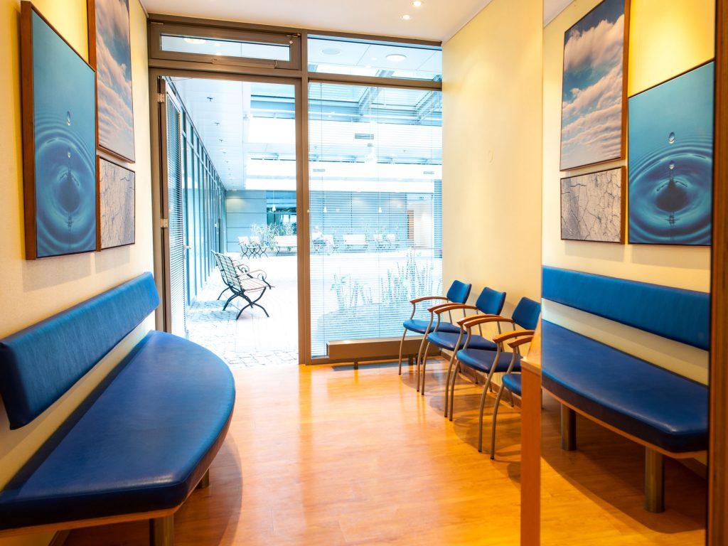 Wartezimmer mit Blick ins Atrium Zahnarztpraxis Dr. Freund & Kollegen Berlin